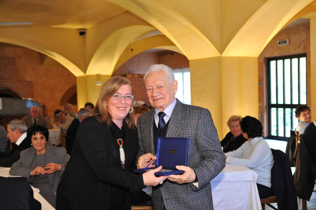 Il Signor Fregonara Giovanni premiato dal Sindaco Arch. Rosa Maria Monfrinoli
