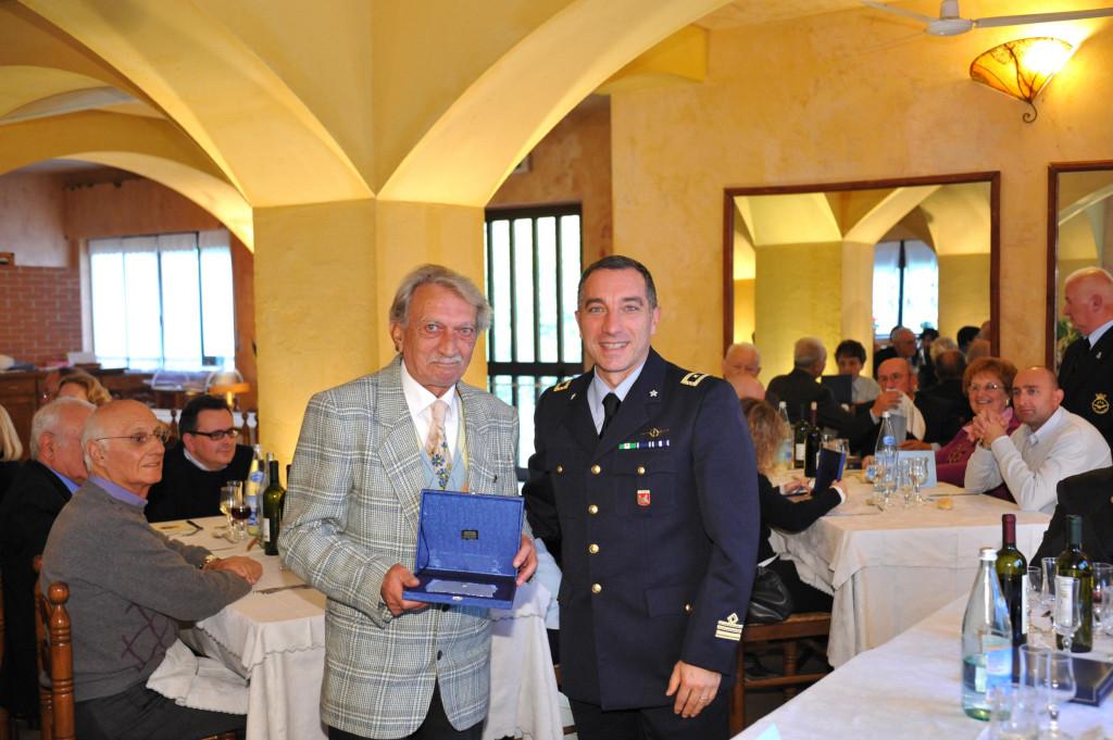 Il Signor Gatti Gianfranco premiato dal T.Col. Roberto Farris