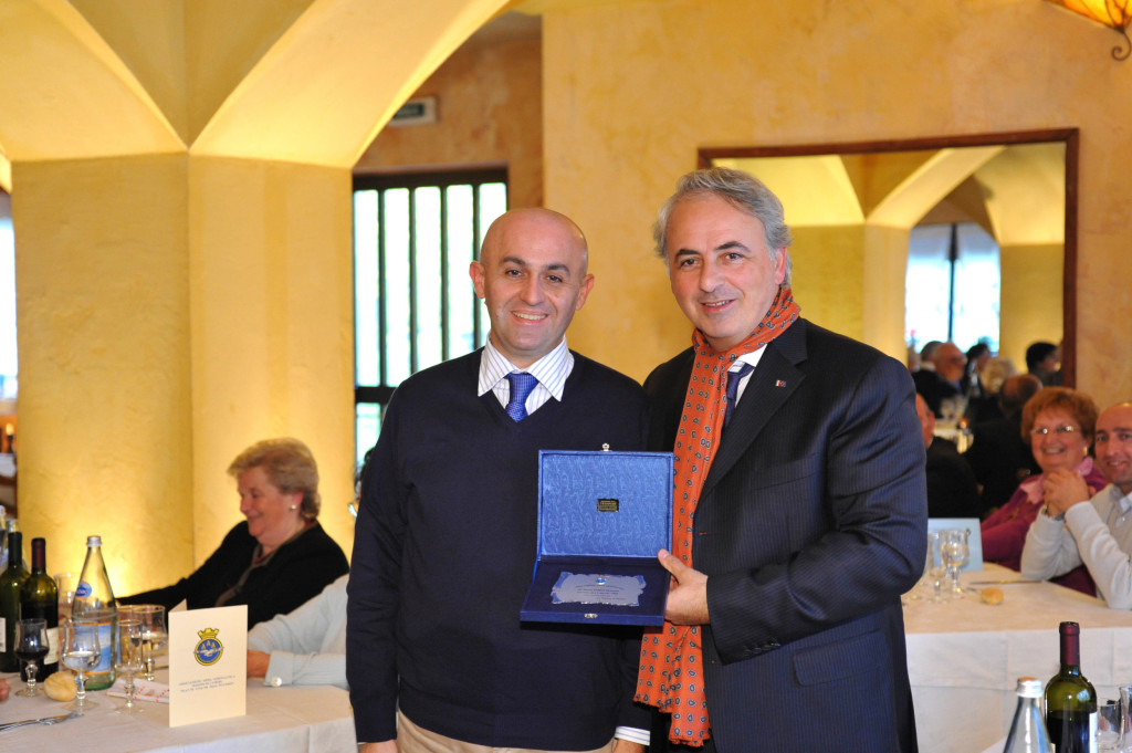 Il Signor Lodo Simone premiato dall' On. Gianni Mancuso