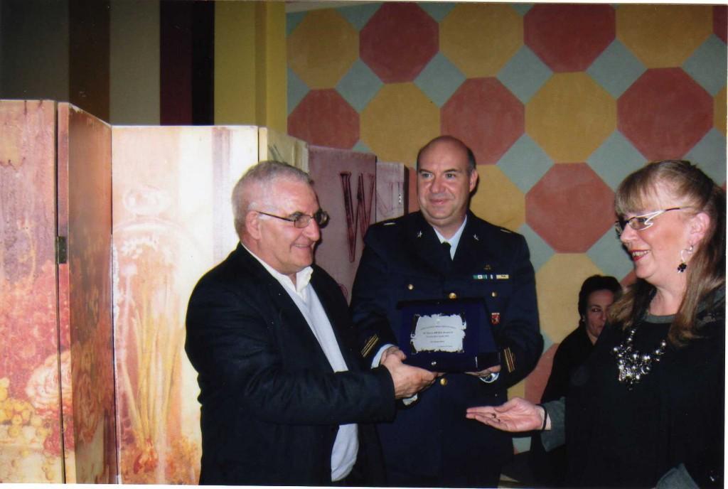 Il Signor Meda Antonio premiato dal Sindaco Arch. Rosa Maria Monfrinoli